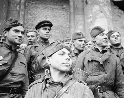 1945г. Берлин. Наши солдаты на ступенях поверженного Рейхстага