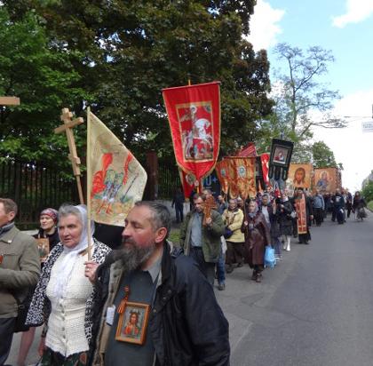 В Киеве верующие выразили протест в связи с захватами православных храмов раскольниками м силовиками