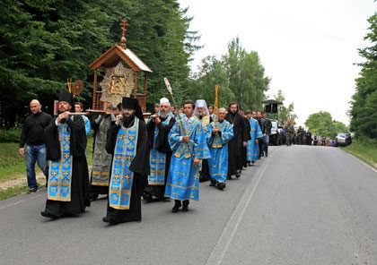 Выход Крестного хода из Почаевской Лавры
